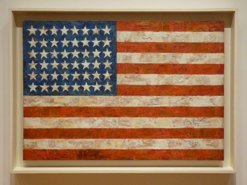 «Флаг» американского художника Джаспера Джонса является одной из самых известных его работ. По легенде он нарисовал ее после сна об американском флаге. Картина была продана в 2014 году на торгах Christie's за 36 млн долларов.