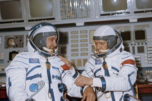 Экипаж космического корабля «Союз-16» - командир Анатолий Филипченко (слева) и бортинженер Николай Рукавишников.