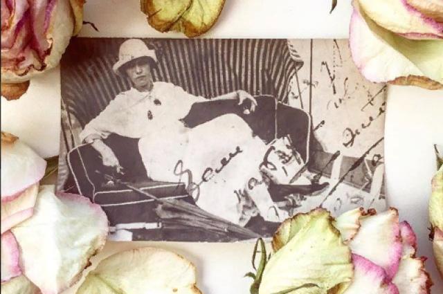 В альбоме начала прошлого века сохранились фотографии и записи известных личностей.