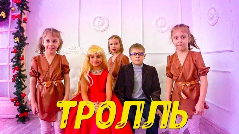 """Клип """"Тролль"""" группы """"Время и Стекло"""" многим запомнился по декорациям и новому образу Нади Дорофеевой - платиновой блондинки. Клип претендует на премию Dance Parade и """"Клип года""""."""