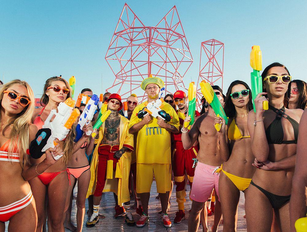 """На звание """"Группа года"""" претендуют также коллеги """"Время и Стекло"""" - MOZGI, которые презентовали песню """"Влажный пляжный движ"""" и """"Полюбэ"""" - футуризм вперемешку с психоделикой."""