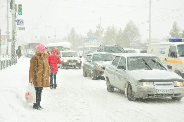 Снегопад мешает дорожному движению.
