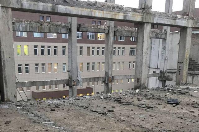 В Твери на недостроенном здании погиб мужчина.