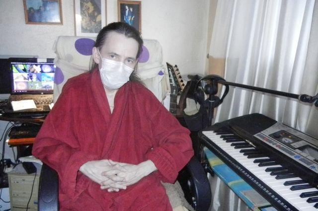 Александр Баженов в одиночестве умирает от тяжёлого системного заболевания, оставленный медициной и друзьями.