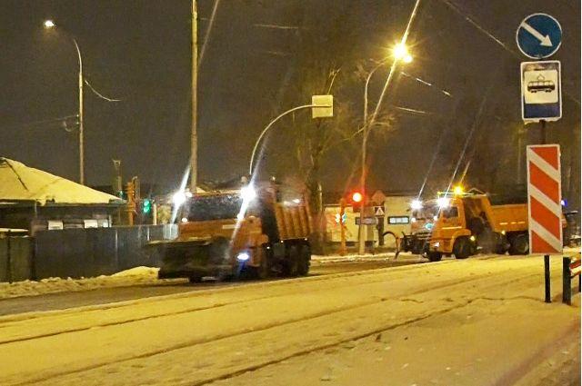 Снег в областной столице убирает специальная техника: грейдеры, тракторы и погрузчики.