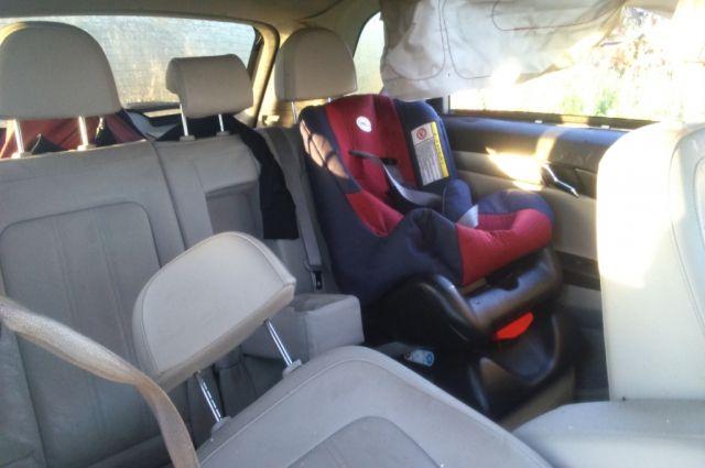 Ребенок оказался заперт в машине в мороз -11 градусов.