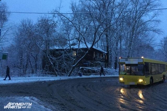 Мальчик уехал на автобусе в незнакомый район.