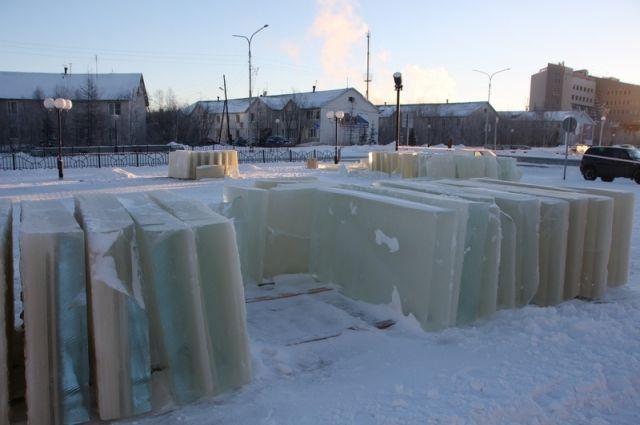 В Салехарде приступили к строительству ледового городка