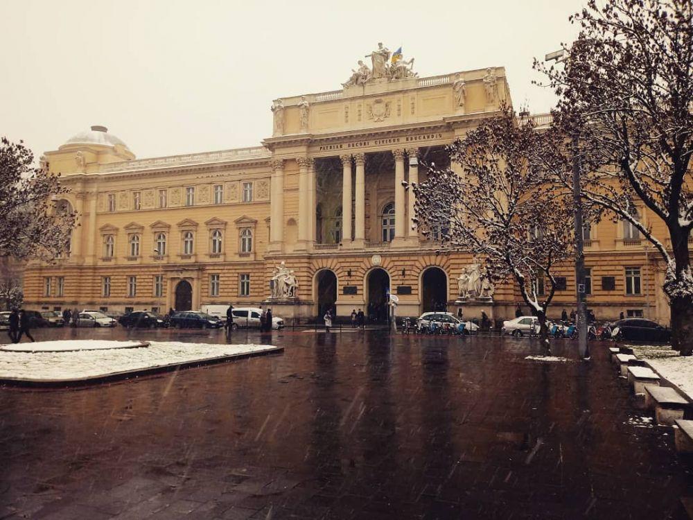 Впечатляющими фотографиями первого снега во Львове делятся пользователи соцсетей.