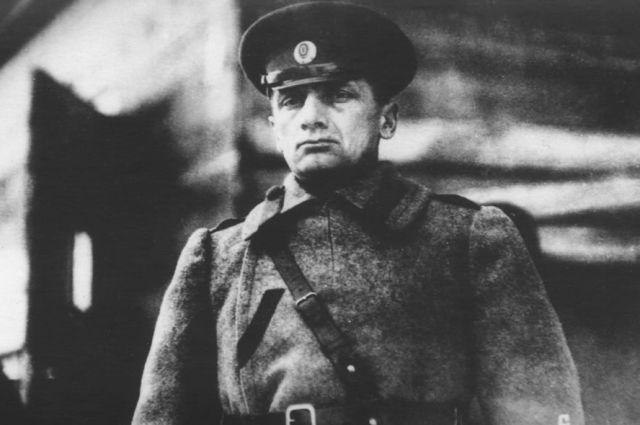 Это фото адмирала Колчака сделано на омском железнодорожном вокзале. Снимок появился в «Нью-Йорк Таймс» в 1919 году.