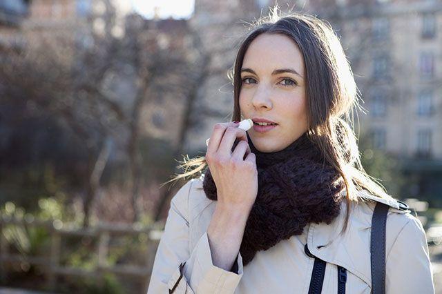 Почему зимой трескаются уголки рта?
