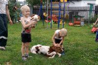 У деревенского быта есть свои минусы, но и плюсы тоже есть - дети растут здоровыми.