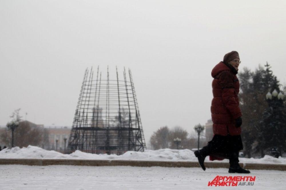 В Иркутске в сквере имени Кирова начали монтаж главной новогодней ёлки.
