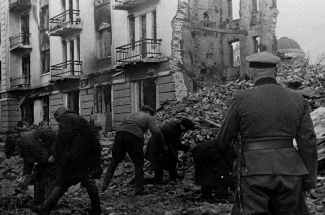 Население Калинина на принудительных работах по расчистке улиц во время оккупации.