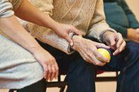Забота близких поможет бороться с недугами в старости.