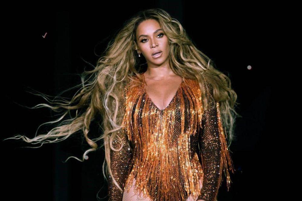 Бейонсе, 60 млн долларов. У королевы Бей выдался относительно спокойный год после рождения близнецов. Однако благодаря нескольким выступлениям и альбому «Everything Is Love», который она выпустила вместе с мужем Jay-Z, певица попала на третье место в списке Forbes.