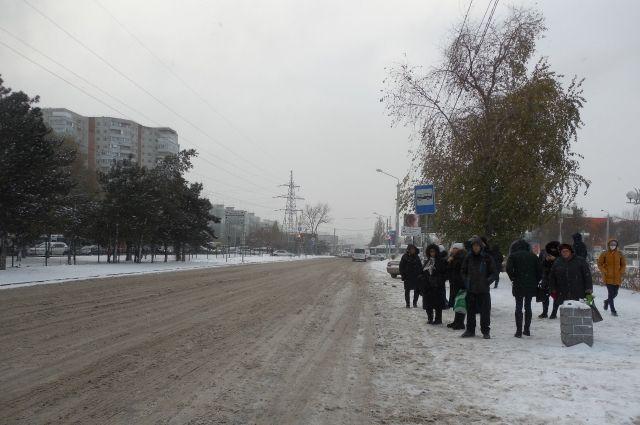 Ростовчанам приходится ждать автобус на пронизывающем ветру, под дождём и снегом.