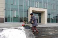 К зданию Заксобрания красноярцы принесли цветы.