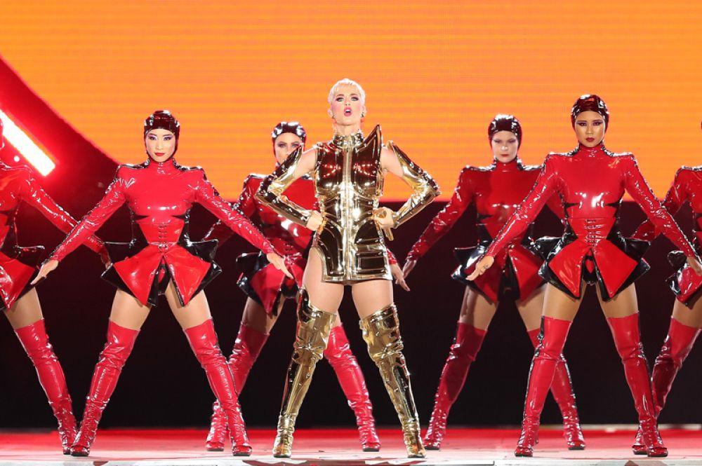 Кэти Перри, 83 млн долларов. Певица поднялась на первую строчку рейтинга благодаря своему туру Witness: The Tour, а также участию в шоу American Idol.