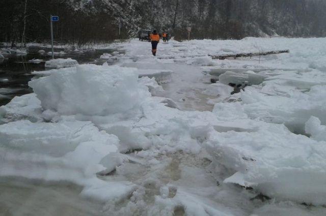 Лед и шуга затрудняют проезд по дороге.