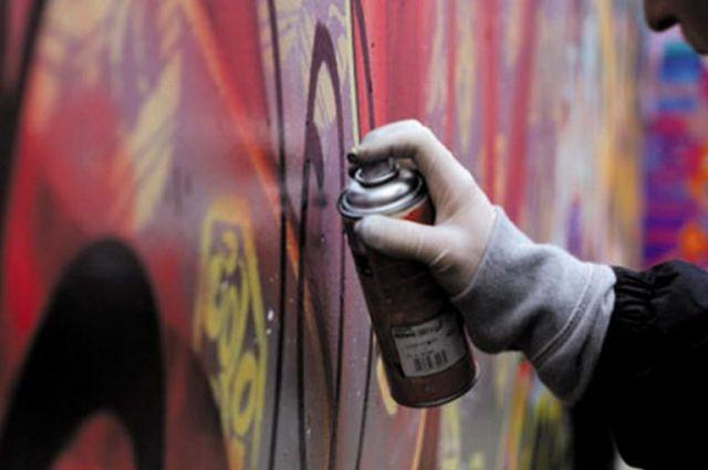 19-летнюю жительницу Озерска обвинили в вандализме из-за надписей на доме.