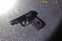 В Киеве на Оболони мужчина угрожал прохожим и начал стрельбу: есть раненый