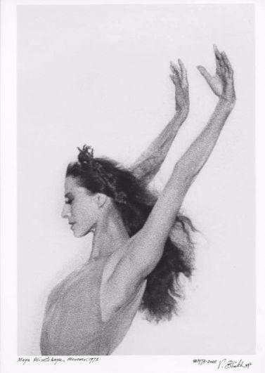 В жизни у Майи Плисецкой было множество портретов - ее точеные руки и шею стремились написать многие художники и после смерти великой балерины. Но вот этот карандашный рисунок, сделанный во время танца очень точно отражает Майю в искусстве - две руки, словно два крыла.