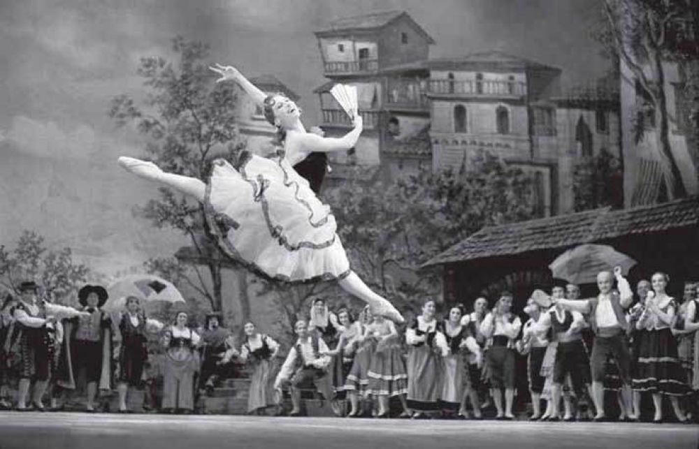 """Балет """"Дон Кихот"""", где Майя Плисецкая сыграла партию Китри, также стал яркой страницей ее биографии - она впервые ввела в балет элемент """"кольцо"""" и уже тогда расставила акценты не на пластике и технике, а на изяществе линий, гибкости и легком шаге."""