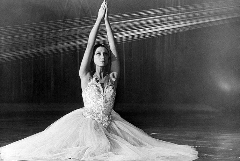 Многие костюмы ей шил Пьер Карден, но в обычной жизни при советском дефиците балерине приходилось скупать одежду у банальных спекулянтов. Поэтому, когда Хрущев однажды спросил ее, где она одевается, Плисецкая скромно промолчала.