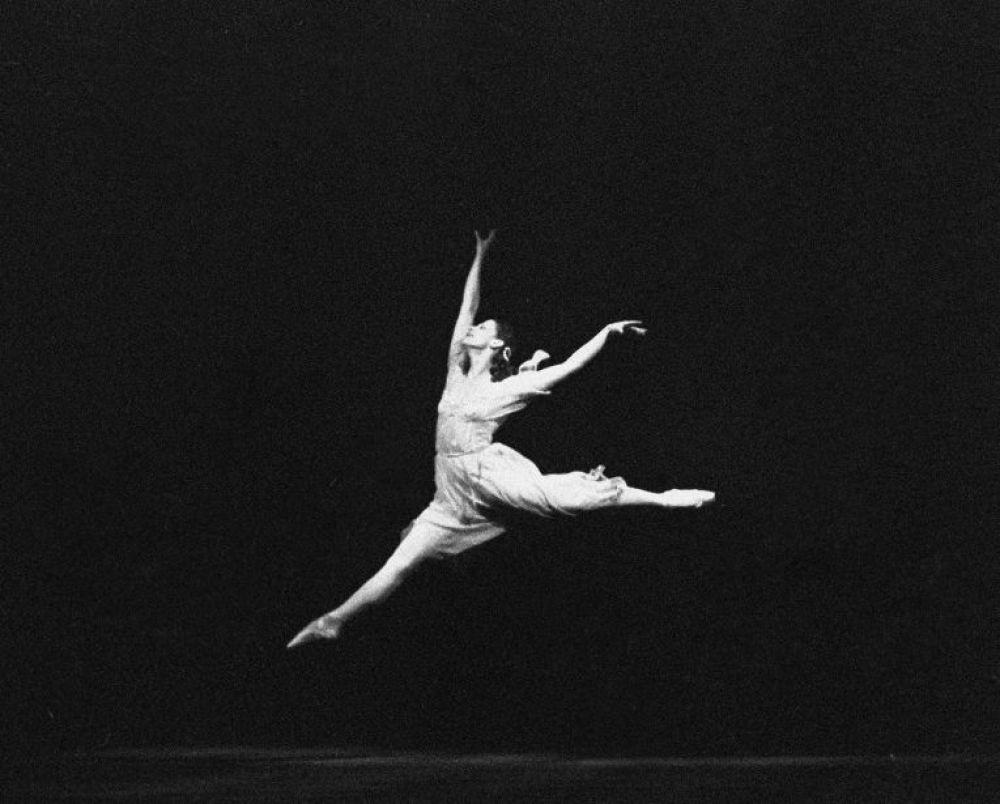 """Балет """"Ромео и Джульетта"""". Еще одной сильной стороной Майи Плисецкой были прыжки - балерина будто летала в воздухе. Даже друзья вспоминали ту необычную легкость, которая всегда царила вокруг нее. Плисецкая же на все вопросы отвечала так: """"Не жрать - вот лучшая диета"""". Балерина мало ела, а любимым блюдом была селедка - """"селеда"""", как она ее нежно называла."""