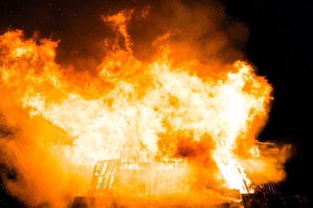 Женщина оказалась заблокирована от выхода огнем.