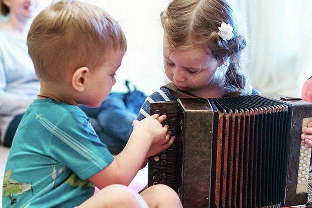 Занятия организованы таким образом, что в них могут принимать участие дети с ограниченными физическими и умственными возможностями.