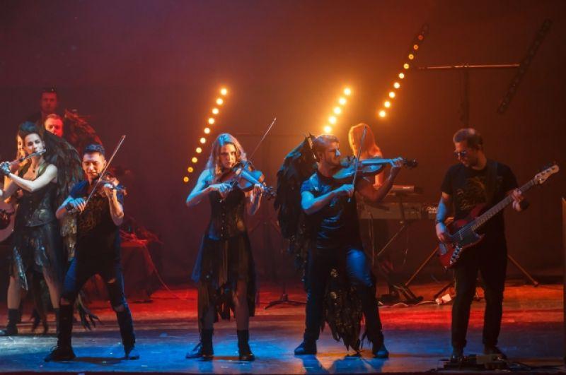 В исполнении скрипок, альтов, виолончелей, контрабаса, барабанов звучат супер-хиты знаменитых рок-групп.