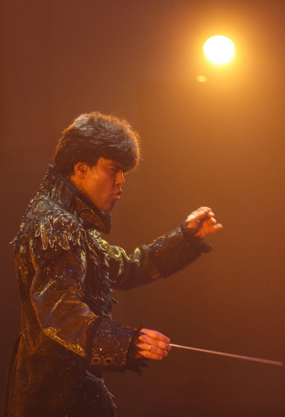 Дирижёр оркестра Фабио Пирола родом из Италии.