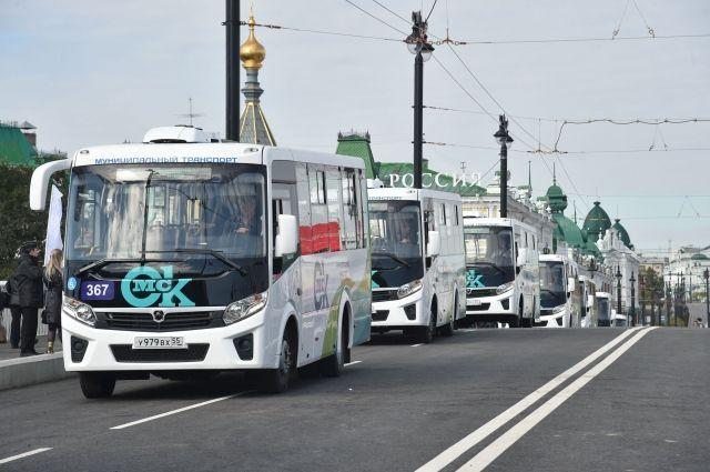 Новые автобусы едут по Юбилейному мосту