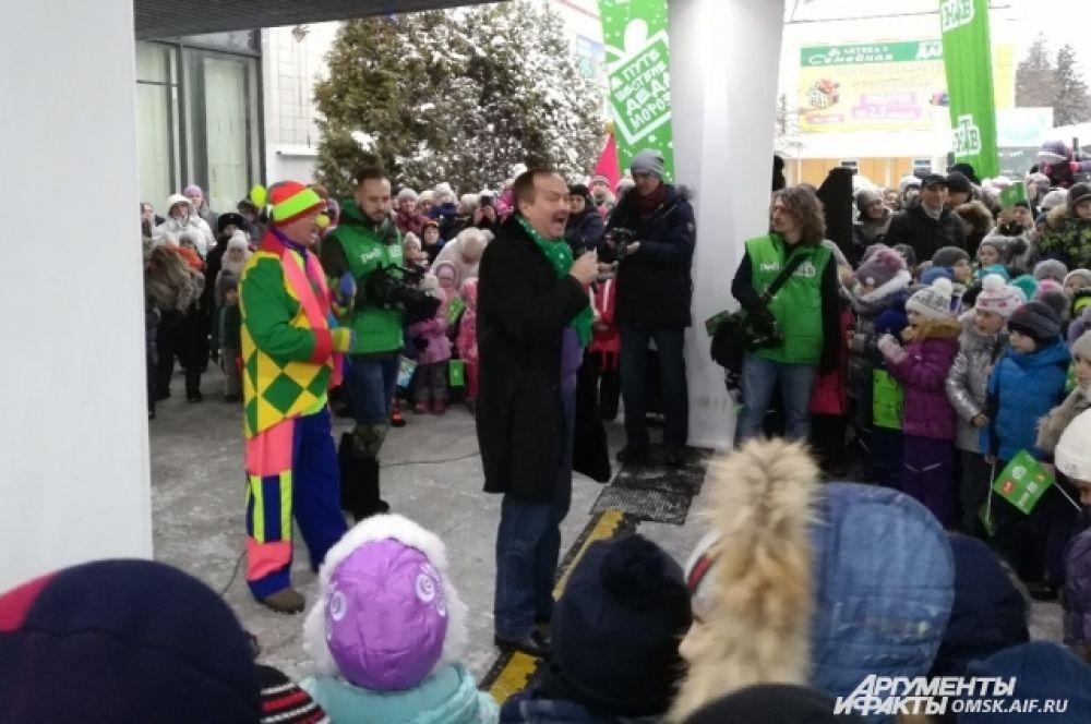 Вместе с омичами Деда Мороза позвал ведущий программы «Брэйн ринг» на НТВ Андрей Козлов.