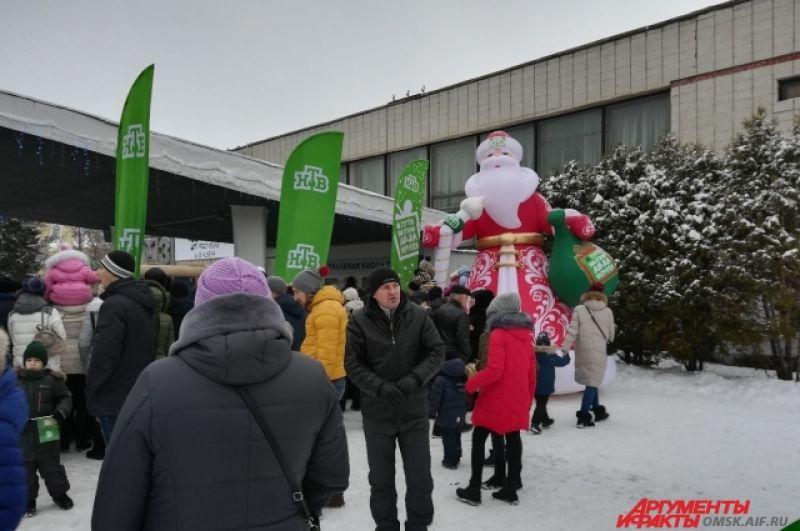 Некоторые омичи бродили в стороне, пока ждали Деда Мороза.