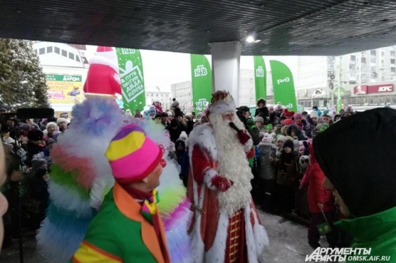 Дед Мороз пригласил омичей сфотографироваться и пообщаться с ним.