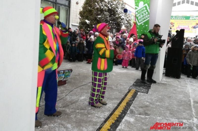 Дети пытались повторить трюки, которые выполняли клоуны.