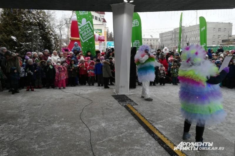 Пока Дед Мороз не пришёл, малышей развлекали сказочные создания.