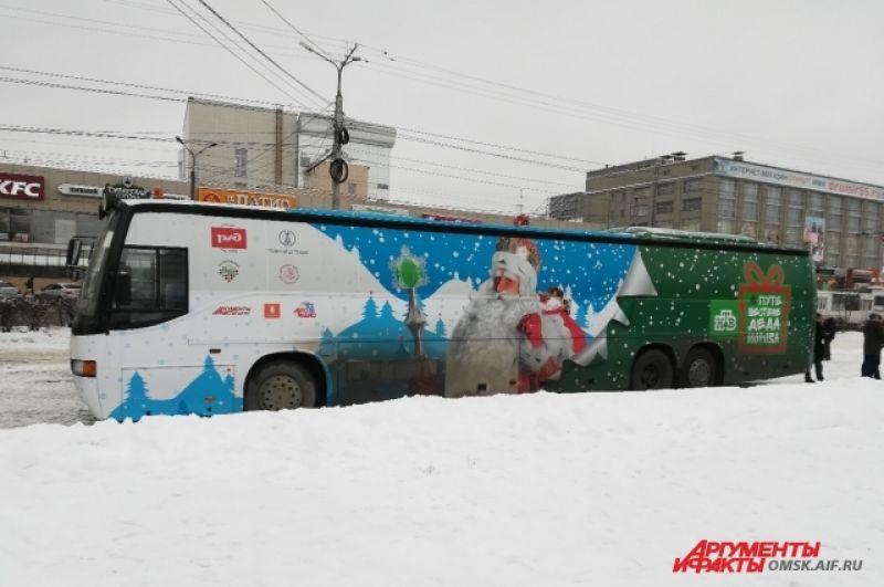 Именно на этом автобусе в Омск приехал Дед Мороз и команда НТВ.