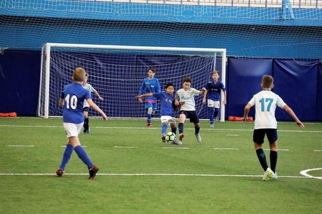 Челябинские футболисты в Петербурге провели контрольную игру с воспитанниками «Зенита» и одержали победу.