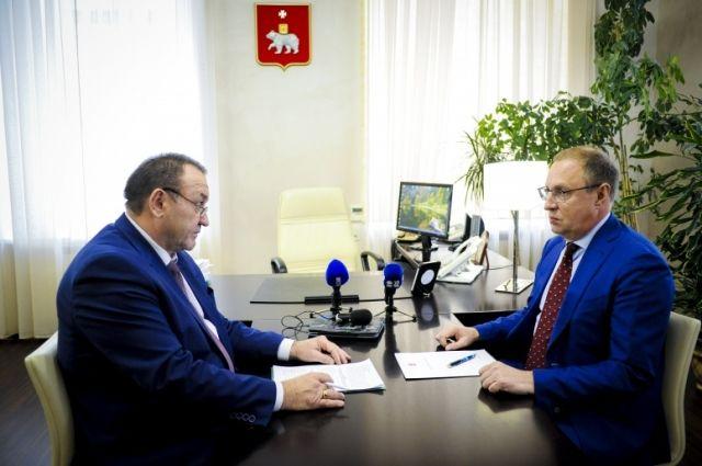 Сергей Романов (слева) работает в Перми четыре года, до этого он десять лет возглавлял Осинский район.