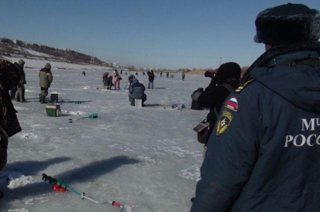 Страсть к зимней рыбалке порой сильнее инстинкта самосохранения.