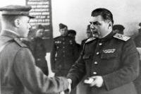 Маршал Родион Малиновский вручает боевые ордена отличившимся воинам. 1943 г.