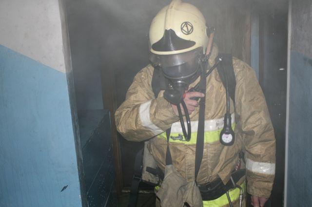 Пожарные ликвидировали возгорание в авторемонтной мастерской.