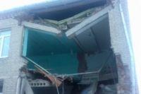 В школе рухнула часть стены и перекрытия.