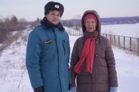 Анна Михайловна Иванова  с сотрудником МЧС