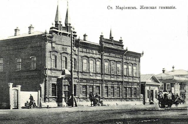 Женская гимназия до сих пор стоит на своём месте в Мариинске.