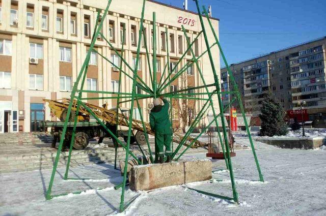 Каркас для будущей елки сейчас монтируют у здания Южного округа.